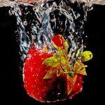 Erdbeere fällt ins Wasser