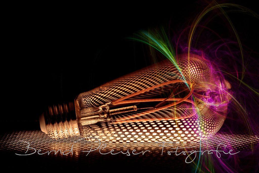 Glühbirne auf einem Lochblech